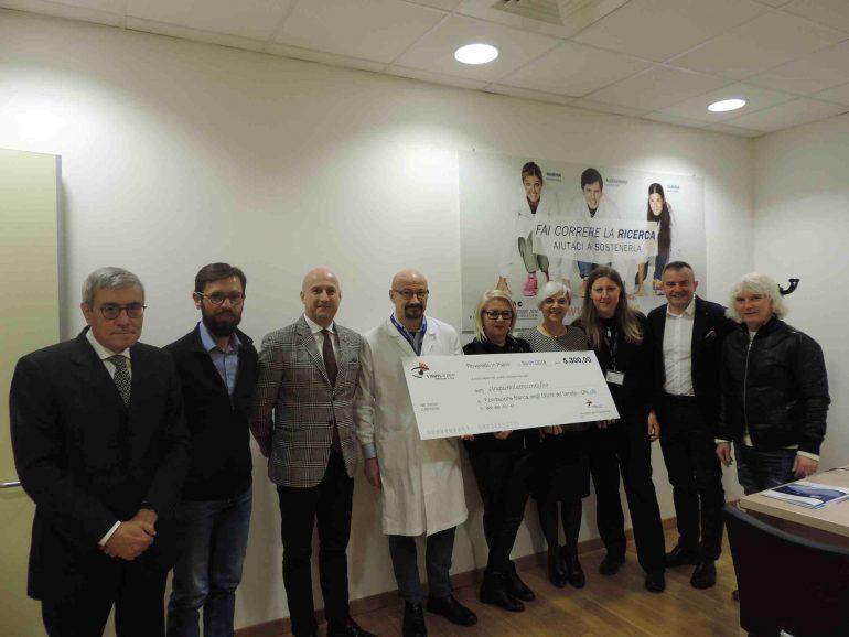Il presidente di Visionadria consegna l'assegno di 5000 euro ai rappresentanti della Fondazione Banca degli Occhi